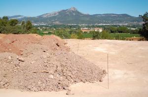 La parcelle prise en photo par une association de protection de l'environnement après le déballage des déchets de BTP.
