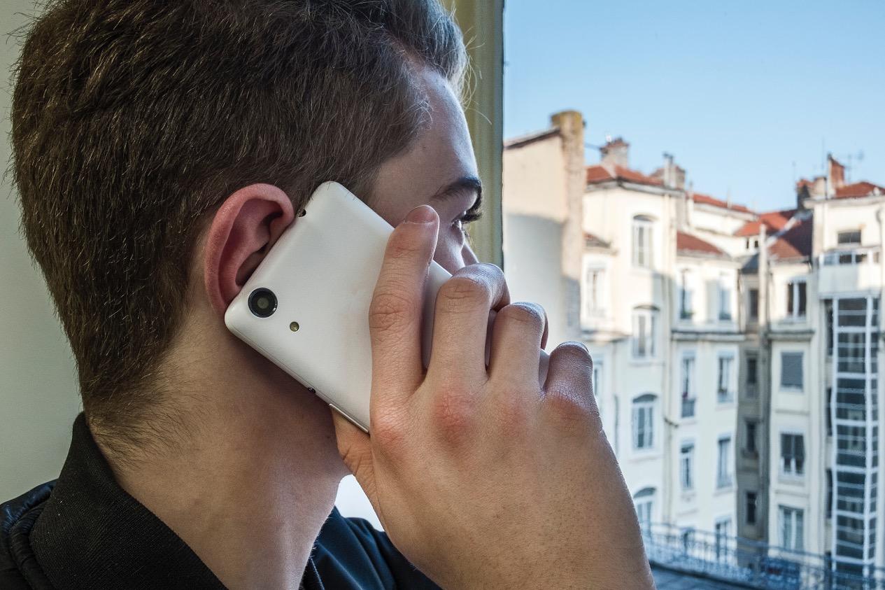 Danger des téléphones portables : silence français contre transparence américaine