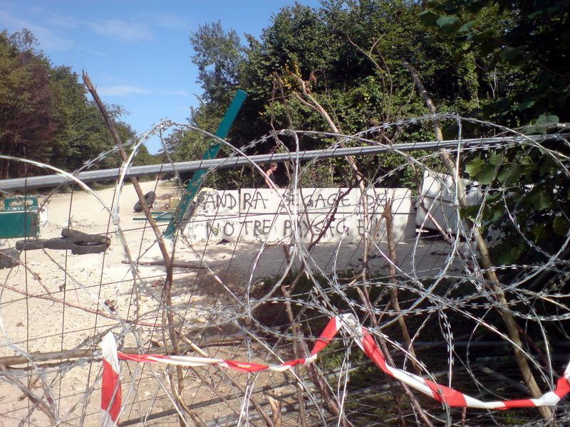 """Occupation du bois Lejuc, propriété de l'Andra en Meuse – slogan inscrit sur le bloc de béton: """"Andra, dégage de notre paysage!"""" © Jérôme Thorel, août 2016"""