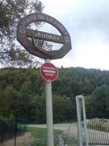Panneau à l'entrée du domaine de la forêt de Baudray © Jérôme Thorel